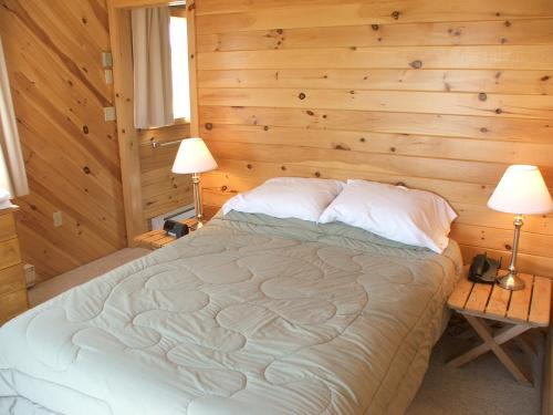 2nd upper ensuite bedroom with queen size bed at Mostly Dune