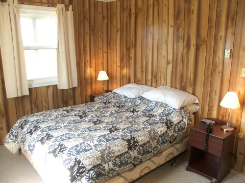 Lower bedroom with queen size bed at Mostly Dune