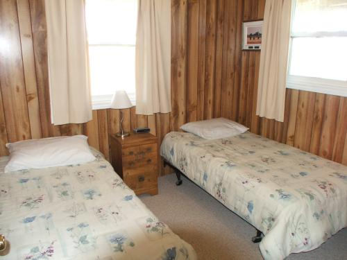 Lower bedroom with 2 single beds at Mostly Dune